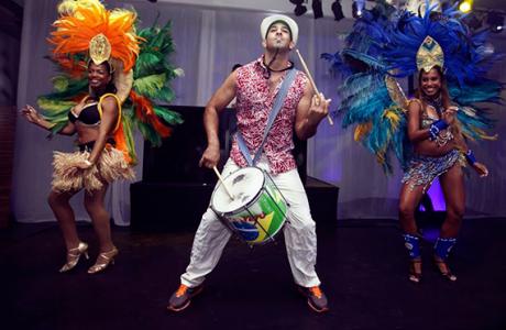 להקת רקדניות ברזילאיות מקפיצה לכל רחבה!